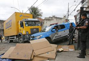 Policiais militares durante operação para recuperar carga roubada no Morro São João, no Engenho Novo Foto: Reginaldo Pimenta / Raw Image
