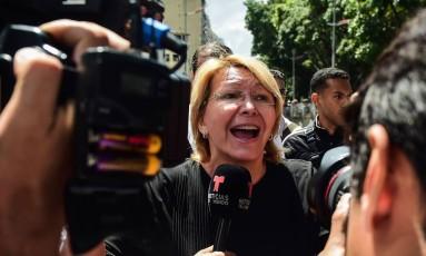 Luisa Ortega: destituída, impedida de entrar no prédio do Ministério Público e ameaçada de prisão com o marido, ela fugiu do país Foto: RONALDO SCHEMIDT / AFP