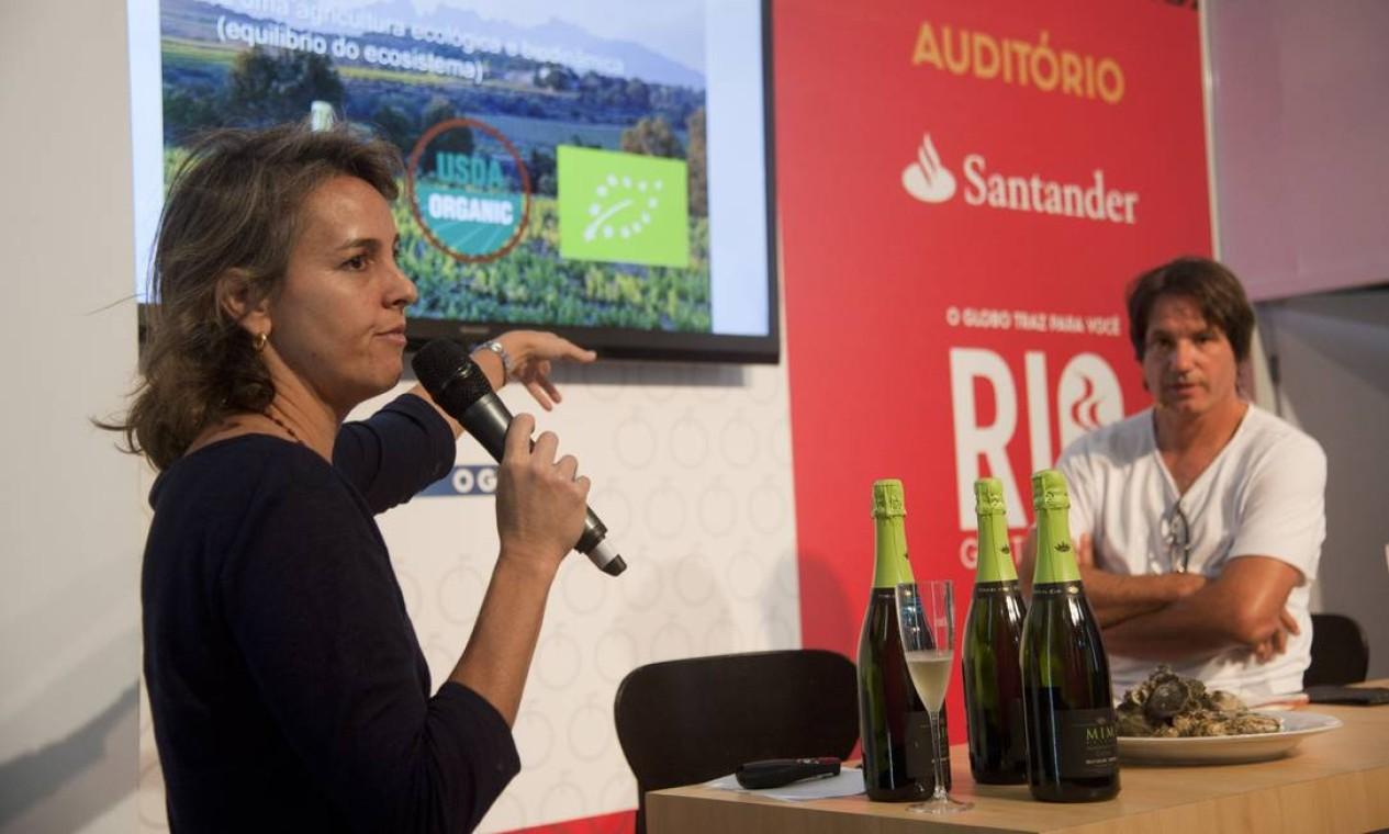 Os chefs Ivan Taffarel e Ana Santo harmonizaram ostras e espumantes no auditório Santander Foto: Adriana Lorete / Agência O Globo