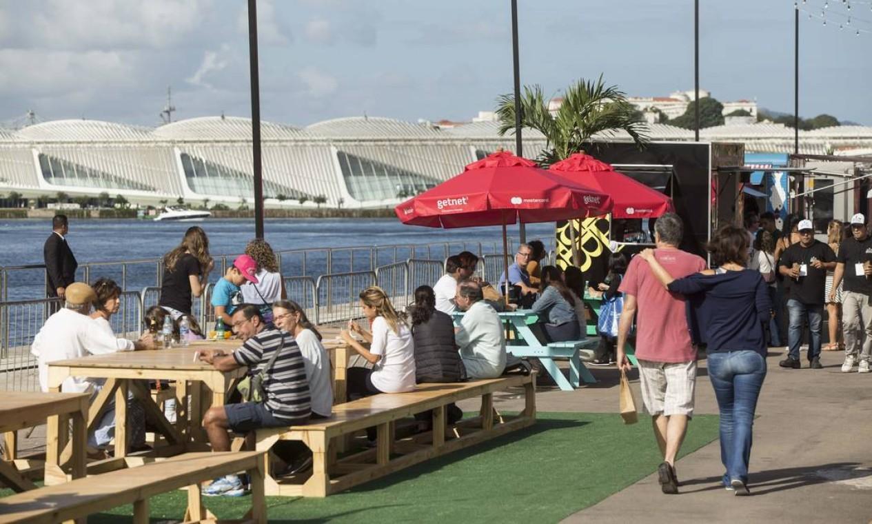 Os armazéns 3 e 4 do Píer Mauá abriram mais cedo neste sábado (05/08) para receber o público do Rio Gastronomia Foto: Ana Branco / Agência O Globo