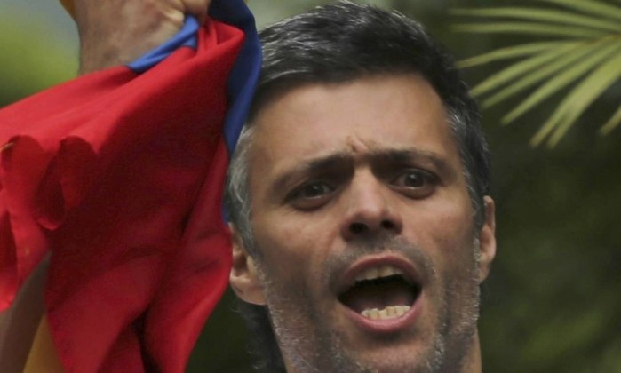 Opositor López volta para prisão domiciliar na Venezuela