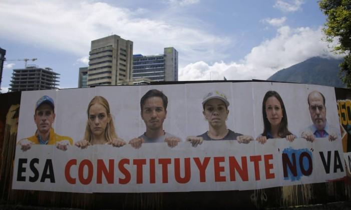 """Uma faixa mistra os principais oposicionistas venezuelanos e a frase """"essa constituinte não passará'' Foto: Ariana Cubillos / AP"""