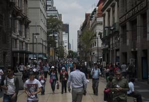Pedestres na Cidade do México: país é pioneiro no cálculo do PIB dos afazeres domésticos Foto: Cesar Rodriguez / Bloomberg