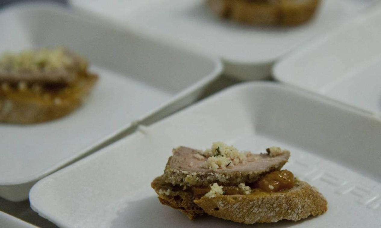 Christophe Lidy serviu crostini de filé mignon suíno com chutney de damasco e tâmara. A esta altura, os participantes já não havia mais dúvidas sobre o alecrim nas receitas Foto: Agência O Globo