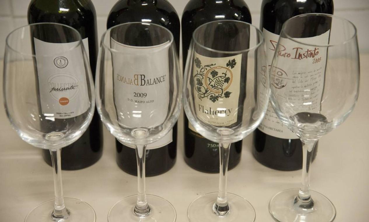 Alguns dos rótulos degustados pelo público na aula de Paulo Nicolay sobre vinhos chilenos Foto: Adriana Lorete / Agência O Globo