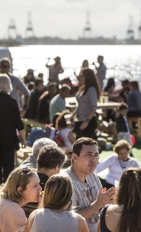 Pelo segundo realizado no Píer Mauá, foi o programa dos cariocas neste domingo. No meio da tarde, os Armazéns 3 e 4 já estavam lotados Foto: Ana Branco / Agência O Globo