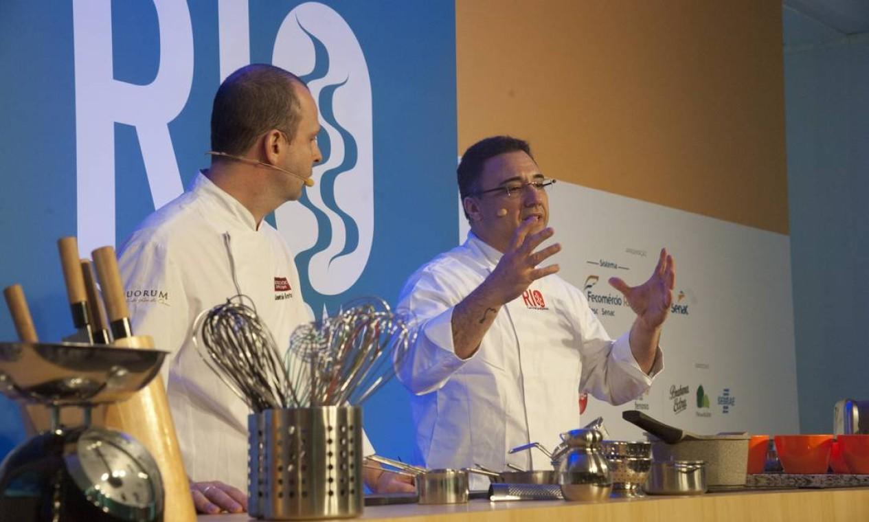 Alexandre Henriques (de óculos) e Leonardo Bento ensinaram receitas portuguesas com arroz Foto: Adriana Lorete / Agência O Globo