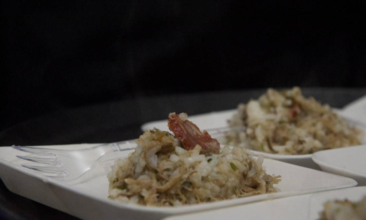 O arroz de pato, ícone da gastronomia portuguesa, preparado por Alexandre Henriques e Leonardo Bento no Rio Gastronomia Foto: Adriana Lorete / Agência O Globo