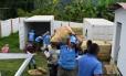 Funcionários da ONU trabalham em processo para remover armas da Farc em Monterredondo, na Colômbia Foto: HO / AFP