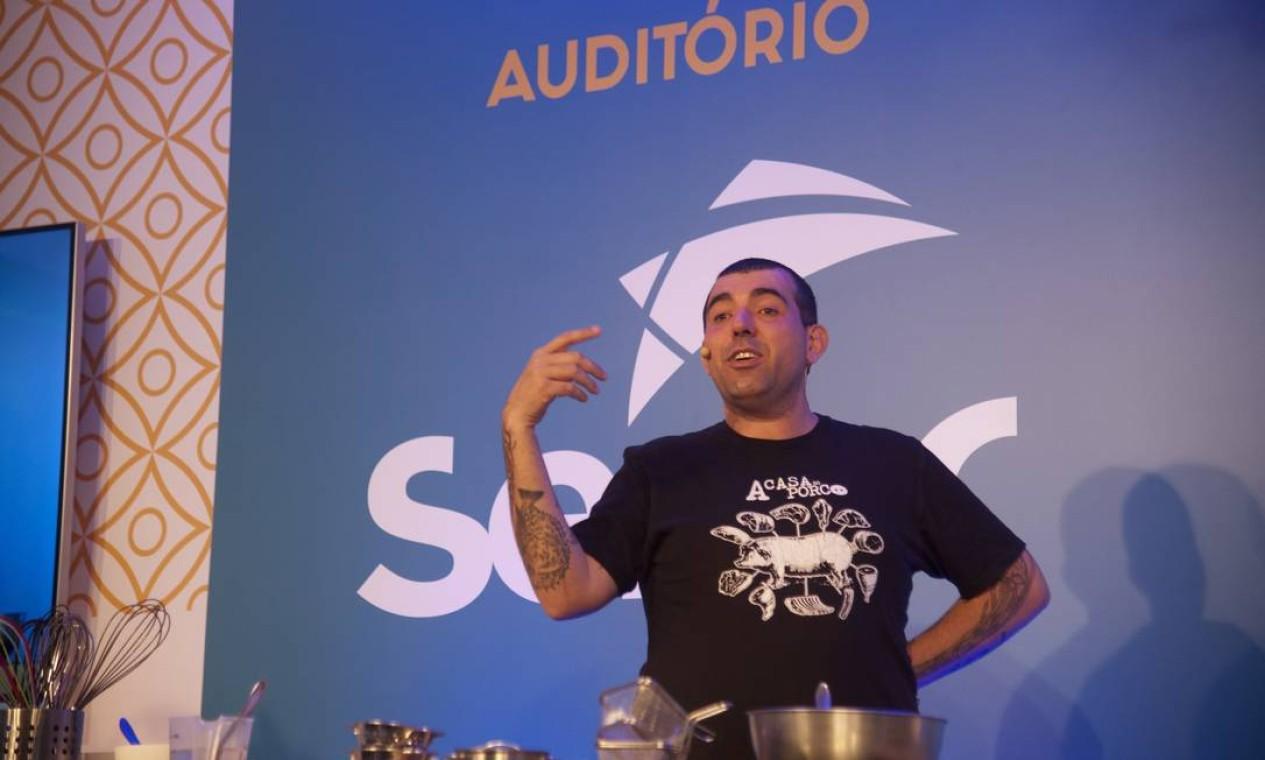 Jefferson Rueda mostrou, no Rio Gastronomia, porque sua Casa do Porco, restaurante que tem em São Paulo, faz tanto sucesso Foto: Adriana Lorete / Agência O Globo