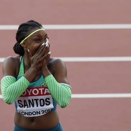 Rosângela Santos chora após bater o recorde sul-americano no Mundial de Atlétismo, em Londres Foto: ADRIAN DENNIS / AFP