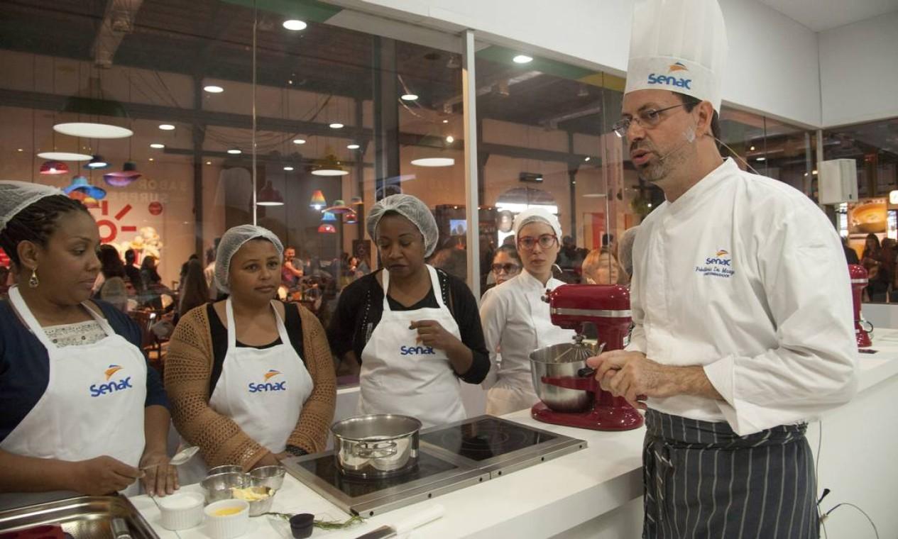No Cozinha Mão na Massa deste domingo, público aprendeu a receita do fondant de chocolate e alecrim do Frédéric de Maeyer Foto: Adriana Lorete / Agência O Globo