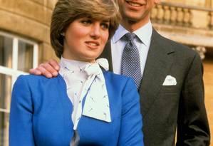 Princesa Diana e o príncipe Charles no palácio de Buckingham em 24 de fevereiro de 1981, logo após o anúncio do noivado Foto: Ron Bell / AP