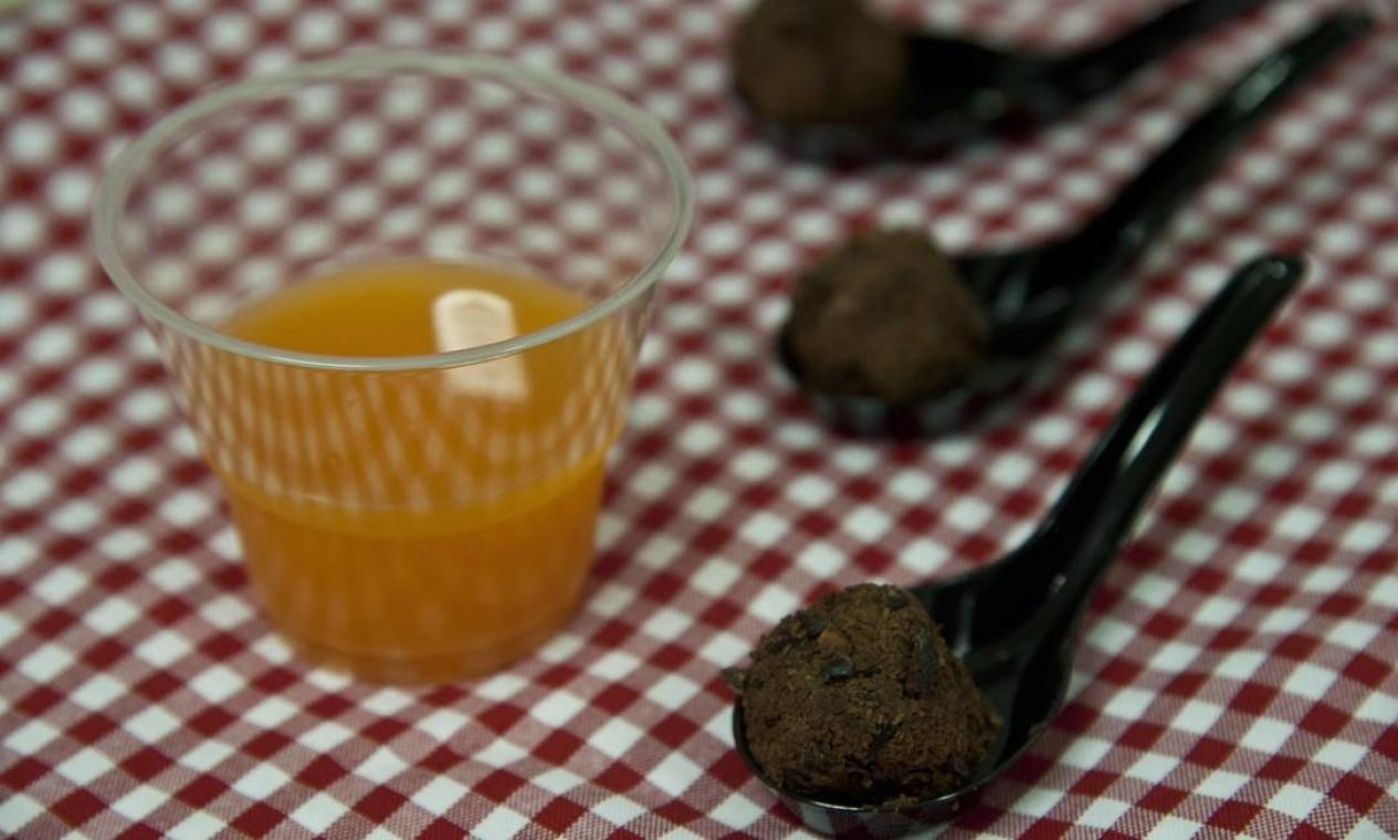Refrigerante saudável de laranja com cenoura e água com gás e brigadeiro de batata doce com cacau Foto: Adriana Lorete / Agência O Globo