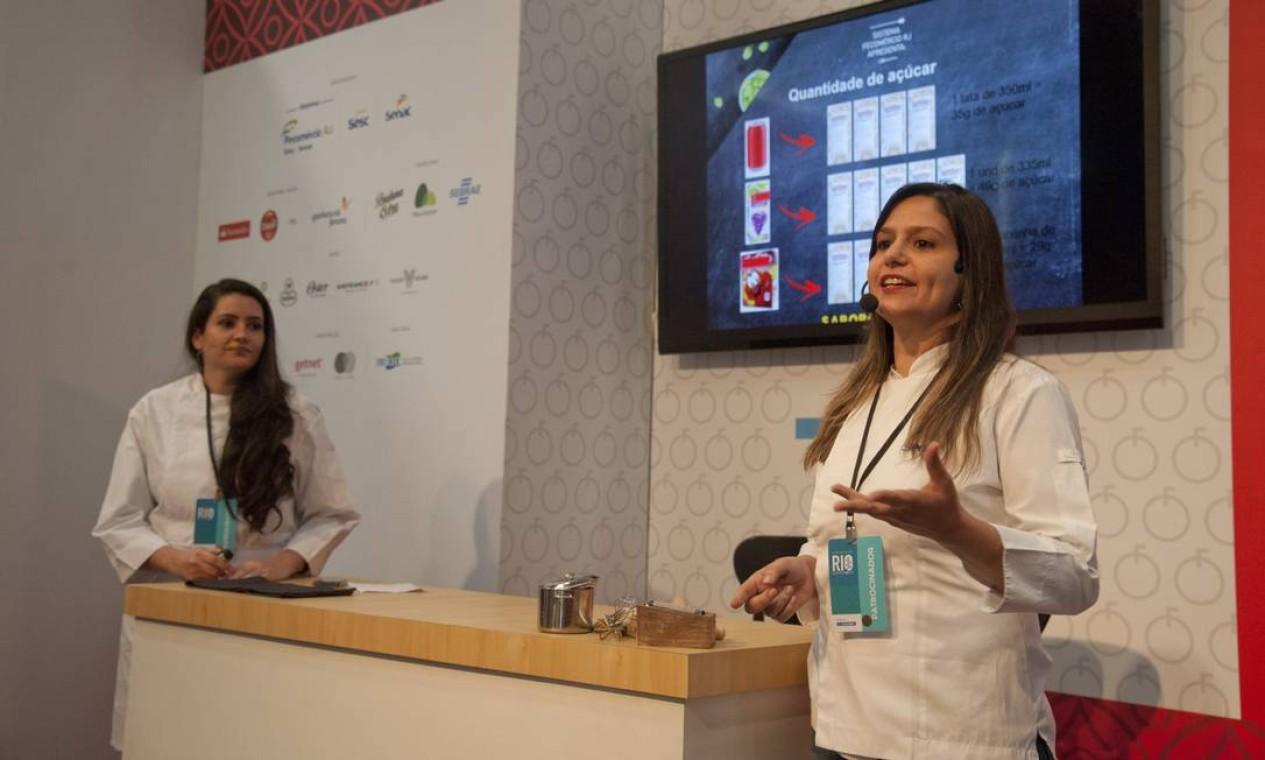 No Auditório Santander, uma aula sobre guloseimas saudáveis com Lidiane Martins (esq) e Mariana Jara Foto: Adriana Lorete / Agência O Globo