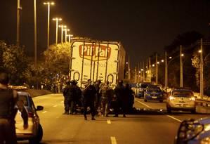 Agentes do Bope negociam com bandido que mantém caminhoneiro como refém na Avenida Brasil, na altura de Deodoro Foto: Domingos Peixoto / Agência O Globo