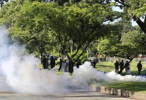 Agentes da Guarda Nacional Bolivariana (GNB) lançam gás lacrimogêneo perto da base militar Paramacay, em Valência, Venezuela Foto: Juan Carlos Hernandez / AP