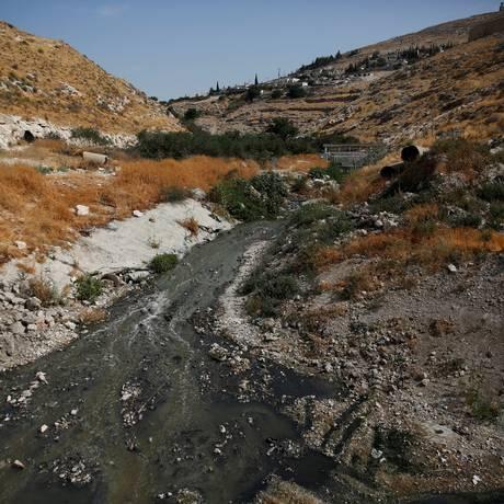 O esgoto flui no Vale do Cédron, nos arredores de Jerusalém Foto: RONEN ZVULUN / REUTERS