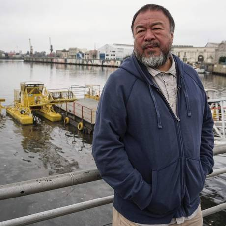 O artista e ativista chinês Ai Weiwei no rio Riachuelo, no bairro La Boca, em Buenos Aires Foto: EITAN ABRAMOVICH / AFP