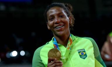Rafaela Silva com a medalha de ouro no judô nos Jogos do Rio Foto: Pedro Kirilos 08/08/2016 / Agência O Globo