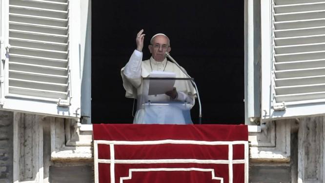 O Papa Francisco fala aos fiéis reunidos na Praça de São Pedro durante a tradicional cerimônia do 'Angelus' no domingo: Pontífice surpreendeu o mundo com abertura da Igreja para homossexuais Foto: AFP/ANDREAS SOLARO