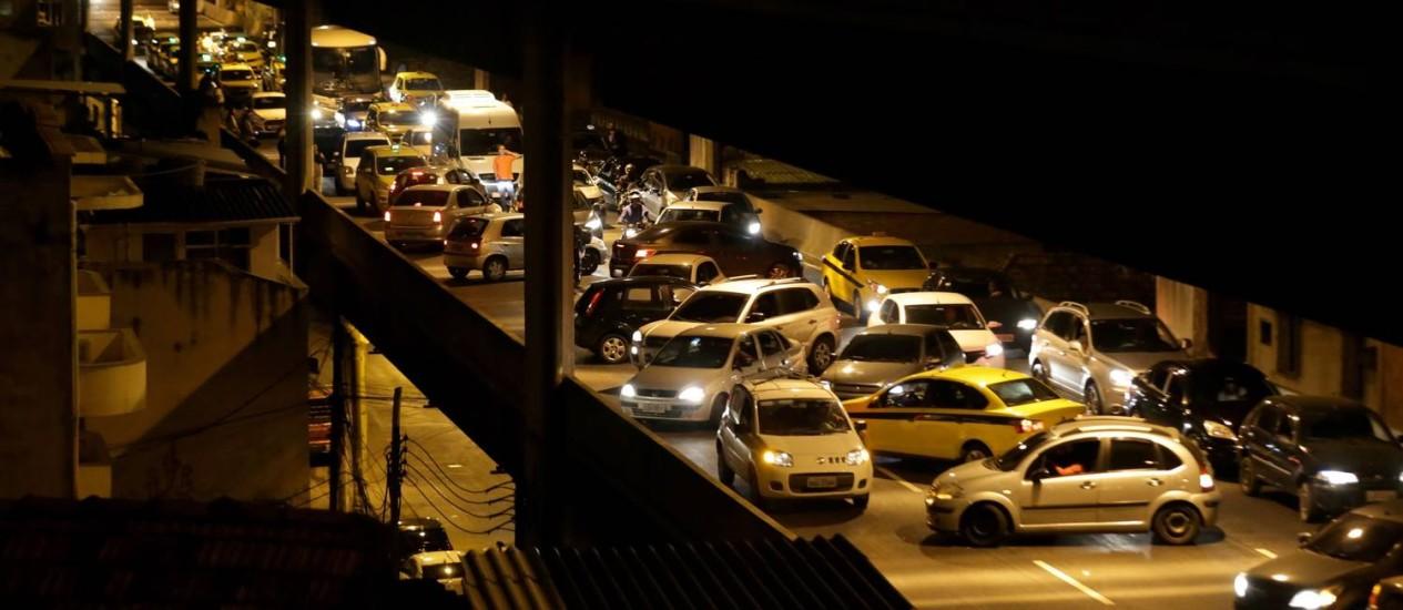 Em pânico, motoristas tentam retornar para escapar de tumulto na Linha Vermelha, provocado por assalto no início da noite de ontem Foto: Marcelo Theobald / Marcelo theobald