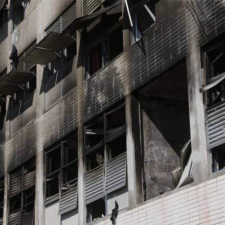 Cerca de 10 quartos foram destruidos pelo fogo em alojamento da UFRJ Foto: ANTONIO SCORZA / Agência O Globo