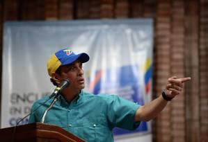 O líder da oposição venezuelana Henrique Capriles fala durante um fórum da oposição em Caracas Foto: FEDERICO PARRA / AFP