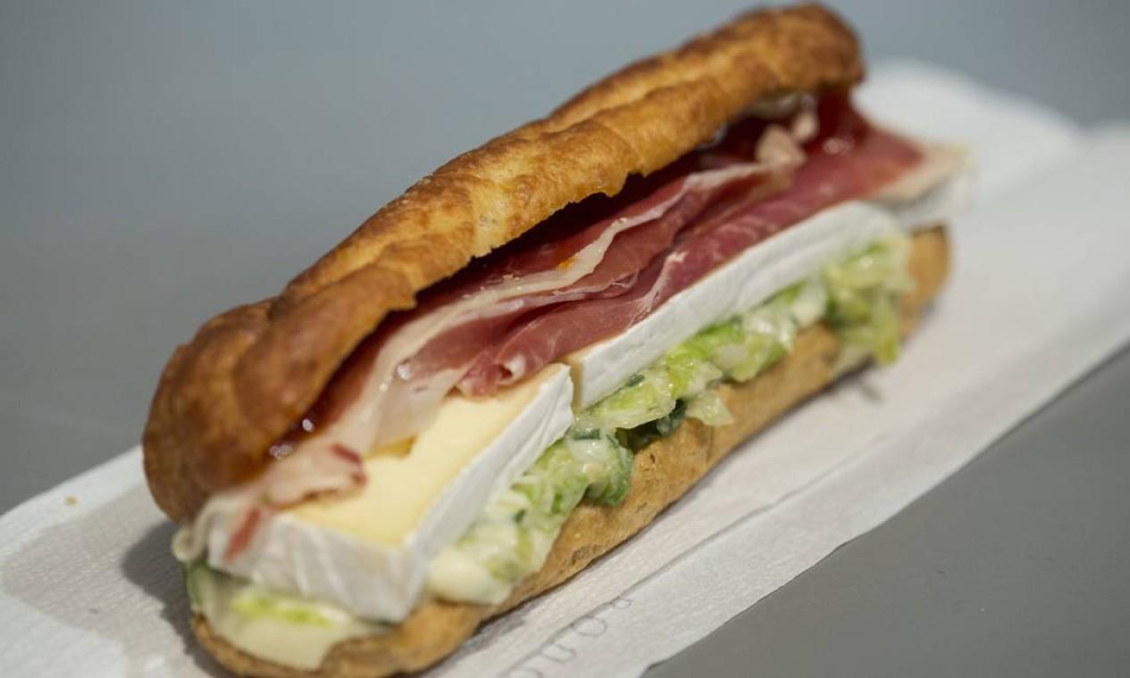 Para a turma que não dispensa um sanduíche, a éclair de parma com brie e molho de mostarda com mel, do CT, é uma das novidades. Foto: Ana Branco / Agência O Globo