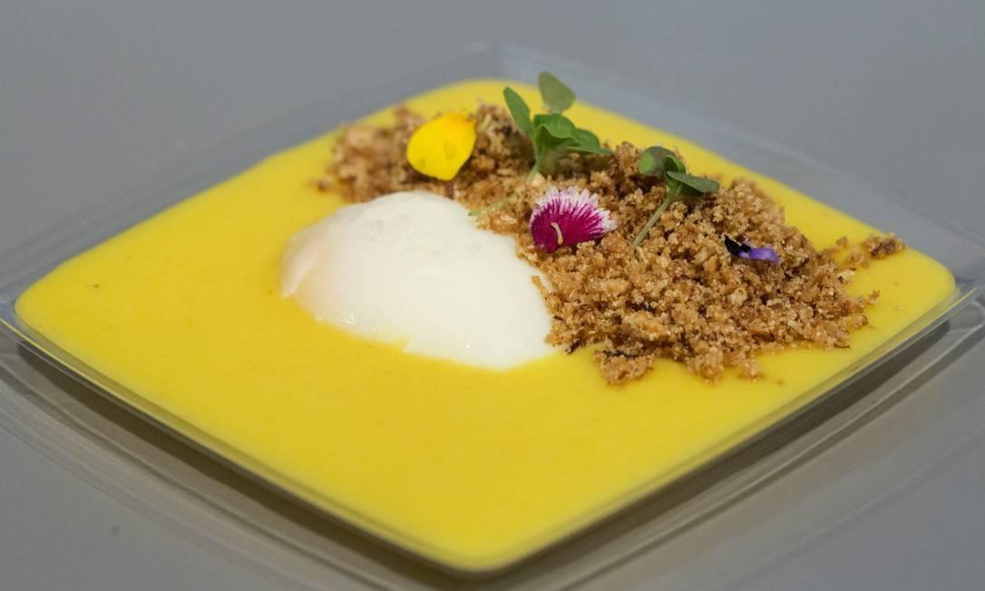 Ovo poche com pitadas de sal marinho, e baroa, do Belmond (Copacabana Palace) é um dos pratos mais sofisticados - e em conta - dos cardápios do Píer Mauá. Foto: Ana Branco / Agência O Globo