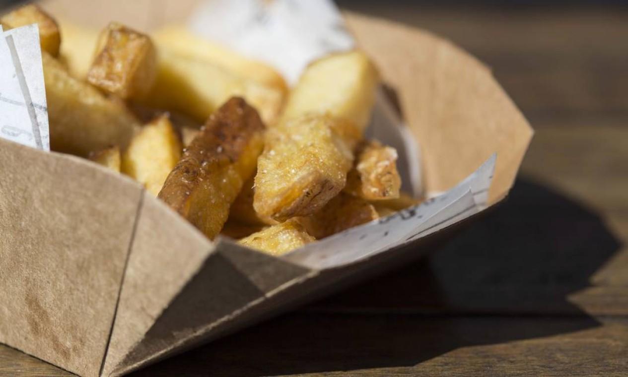 A batata rústica do frites acompanha molho, pedida perfeita para os pequenos. Foto: Ana Branco / Agência O Globo
