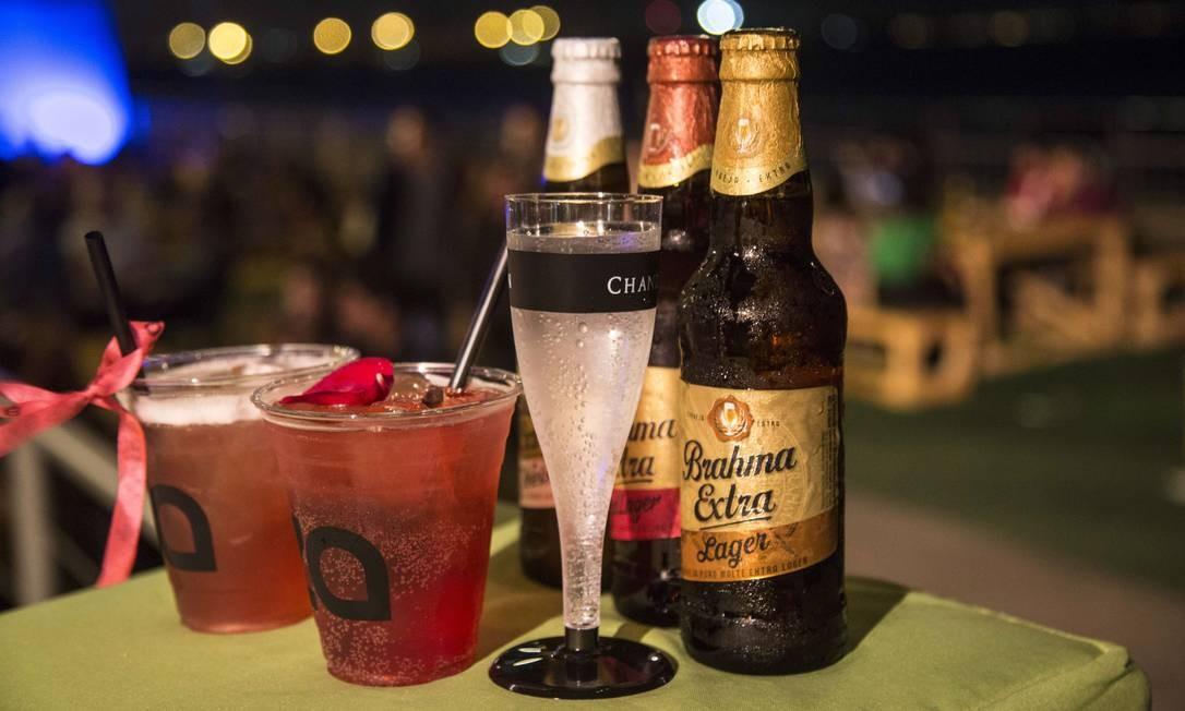Para os bons de copo: bebidas com gim do Meza Bar e cervejas e champagne à venda nos bares do píer. Foto: Ana Branco / Agência O Globo