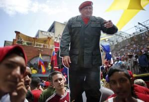 Manifestantes pró-Maduro seguram figura de Hugo Chávez nas ruas de Caracas Foto: Ariana Cubillos / AP