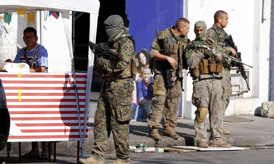 Operação. Militares na Vila Cruzeiro, na Penha: Exército reivindica aprovação de lei para atuar com a polícia do Rio Foto: Pablo Jacob / Agência O Globo