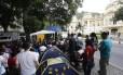 Professores da Uerj protestam contra os salários atrasados em frente ao Palácio Guanabara