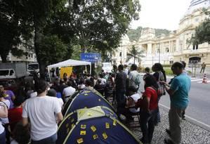 Professores da Uerj protestam contra os salários atrasados em frente ao Palácio Guanabara Foto: Domingos Peixoto / Agência O Globo / Arquivo / 17/05/2017