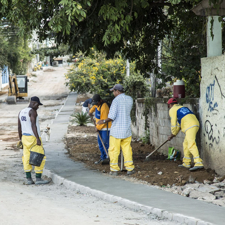 Operários na Teixeira Brandão: tudo pronto até o fim do mês Foto: Hermes de Paula