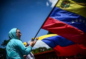 Manifestante contra governo Maduro protesta em rua de Caracas, na Venezuela Foto: RONALDO SCHEMIDT / AFP