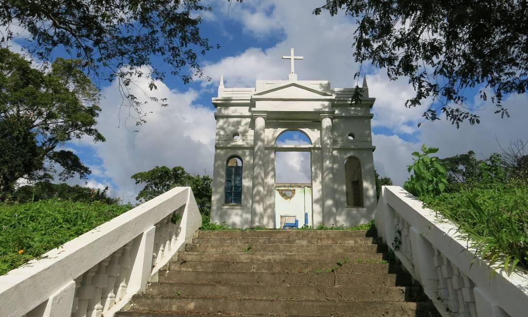 Igreja reconstruída por fora e ainda em ruínas por dentro em Rio do Braço, vilarejo em Ilhéus Foto: Carolina Mazzi