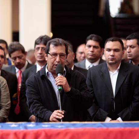 Em 2013, Adán Chávez, irmão de Hugo Chávez, fala durante funeral do ex-presidente venezuelano Foto: HANDOUT / REUTERS