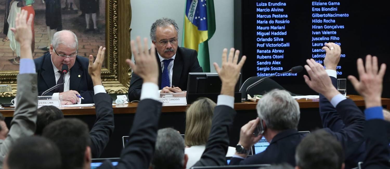 Resultado de imagem para 'Distritão' e fundo eleitoral público são aprovados em comissão especial da Câmara