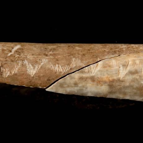 Um osso humano gravado do período Paleolítico superior associado ao canibalismo ritualista Foto: HANDOUT / REUTERS
