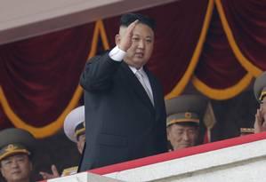 O líder norte-coreano, Kim Jong-un, acena durante uma parada militar em Pyongyang Foto: Wong Maye-E / AP