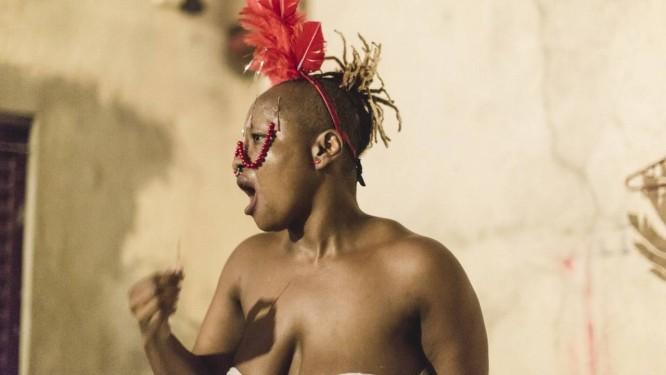 """A artista Musa Michelle Mattiuzi na performance """"Experimentando o vermelho em dilúvio"""" Foto: Marcelo Paixão / Divulgação"""