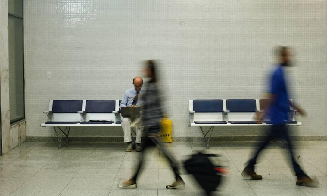 Vilmar tem 58 anos e agora dedica seu tempo a mandar currículos de dentro do aeroporto Brenno Carvalho / Agência O Globo