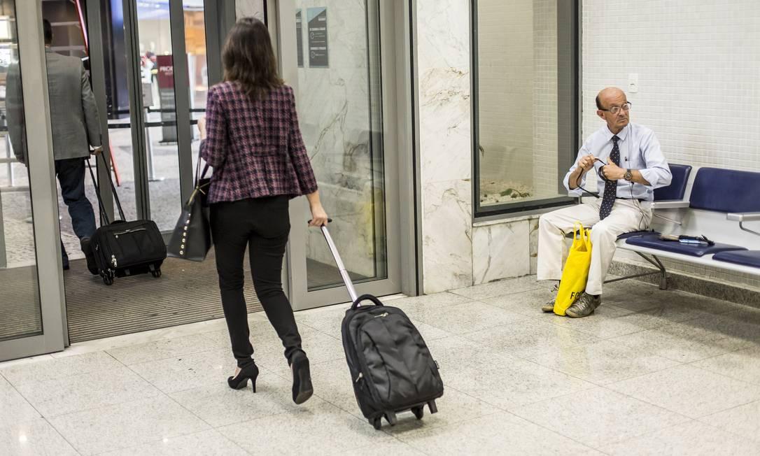 Vilmar passa o dia no terminal. À noite, ele troca de roupa e vai dormir na rua Hermes de Paula / Agência O Globo