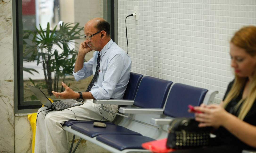 Para fugir da violência da cidade, ele passa o dia dentro do terminal, onde aproveita para procurar emprego na internet Estagiário / Agência O Globo