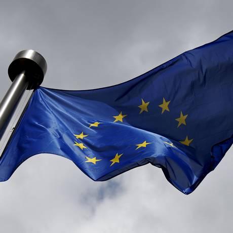 Bandeira da União Europeia do lado da fora da sede do bloco, em Bruxelas. Foto: Francois Lenoir/Reuters