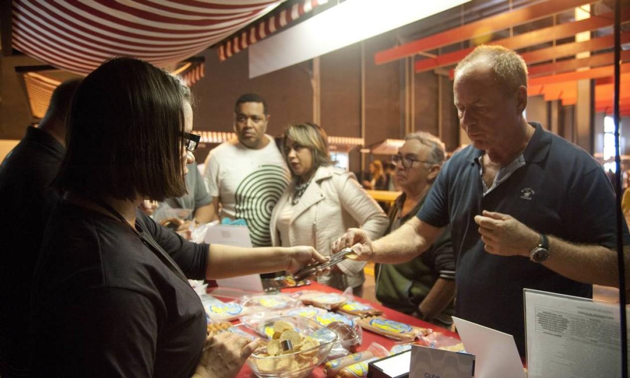 Público provou os produtos no estande do Alemão da Serra Foto: Adriana Lorete / Agência O Globo
