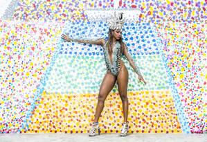 Kamila Reis durante visita ao Brasil: rainha de bateria foi recebida com festa na quadra Foto: Hermes de Paula / Agência O Globo